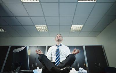 Stimuler son corps et son esprit au travail : 4 mouvements inspirés du yoga